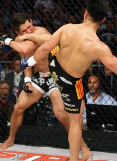 Cung Le kicks Frank Shamrock